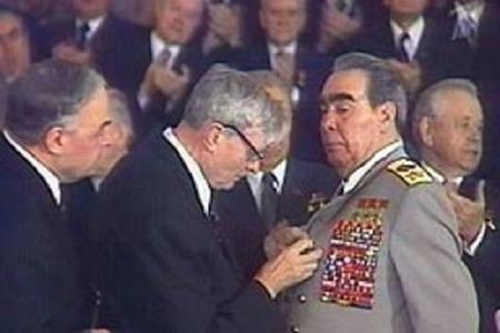 """Brejnev özünü """"Qələbə"""" ordeni ilə necə təltif edib?–"""
