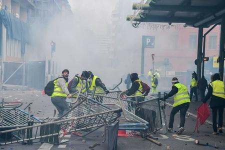 Parisdə etirazçılar ticarət mərkəzinin bir hissəsini ələ keçiriblər
