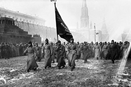 Stalinin boynuna yumruq vuran kursant –