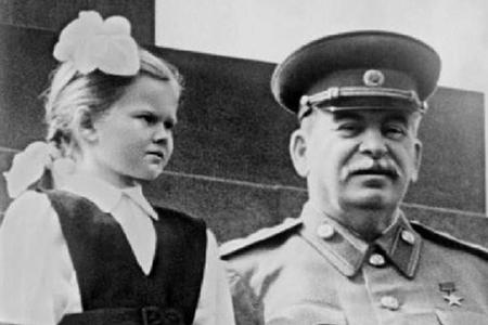 Stalini təbrik edərkən onu icazəsiz öpən qız