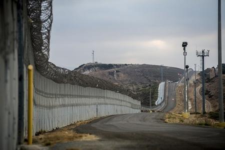 ABŞ Meksika ilə sərhəddə divar ucaldılması üçün 2,5 milyard dollar ayıracaq
