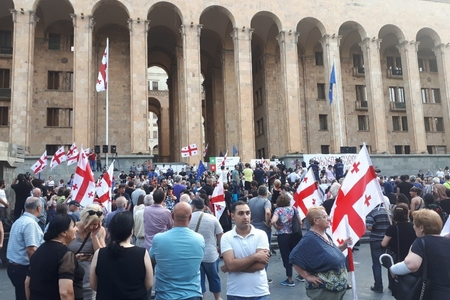 Tbilisidə etirazçılar və müxalifətin birgə aksiyası başlayıb