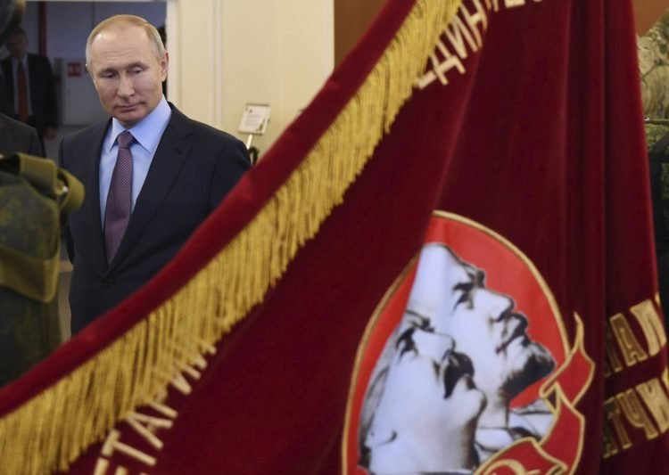 Putin-Sovet-dörünə-adi-bannerə-baxır-Alexei-Nikolsky-AP-Photo-750x533.jpeg (47 KB)