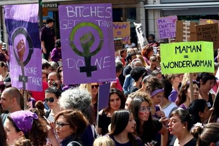 On minlərlə qadın gender bərabərsizliyinə qarşı etiraz aksiyası keçirir