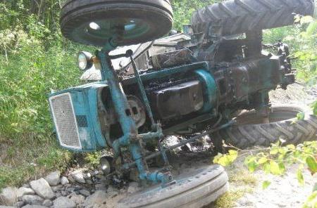 Qazaxda traktor sürücünün üzərinə aşıb