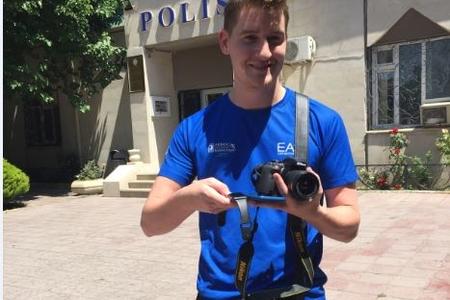 Polis irlandiyalı turistin itirdiyi şəxsi əşyalarını taparaq ona qaytarıb