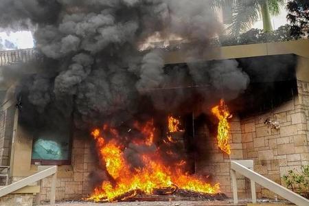 Aksiyaçılar ABŞ səfirliyinin binasının girişini yandırıblar