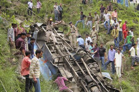Avtobus dağa çırpılıb, 19 nəfər ölüb