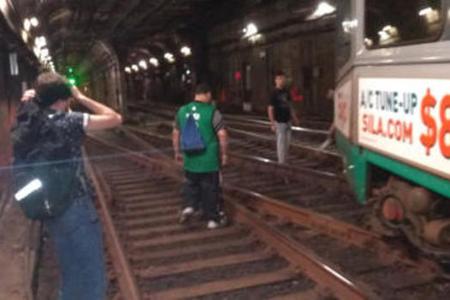 Metroda qatar relsdən çıxıb, 10 nəfər xəsarət alıb