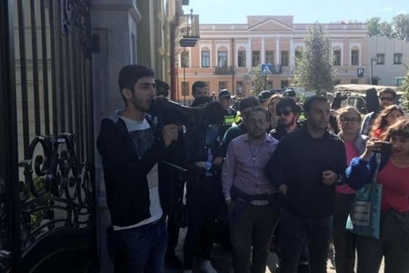 Gürcüstan gəncləri prezident sarayının qarşısında etiraz aksiyası keçiriblər
